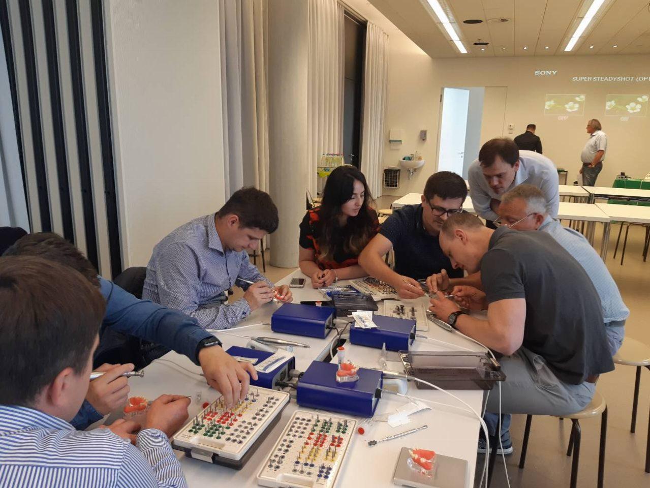 Українські лікарі з відомим лектором обговорювали дизайн імплантатів та  вибір плану лікування для досягнення найкращого результату. 0f4c367e38e6a